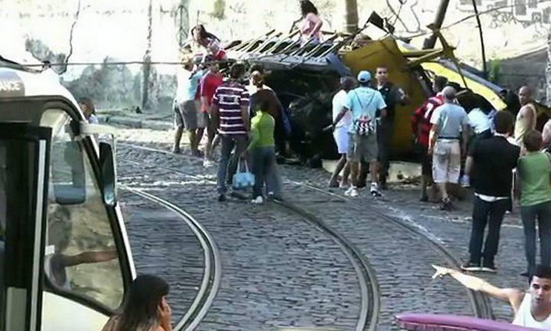Imagens mostram os momentos logo após o acidente com bonde que matou seis pessoas e deixou mais de 50 feridas em Santa Teresa (Foto: Reprodução da internet)