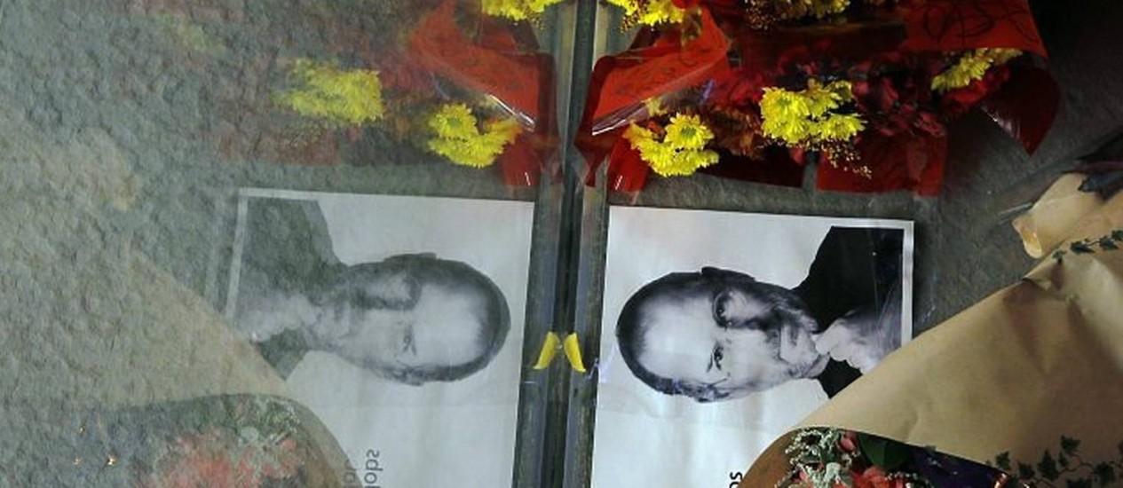 Flores em homenagem a Steve Jobs colocadas em frente à loja da Apple em Boston por fãs. Foto: Reuters