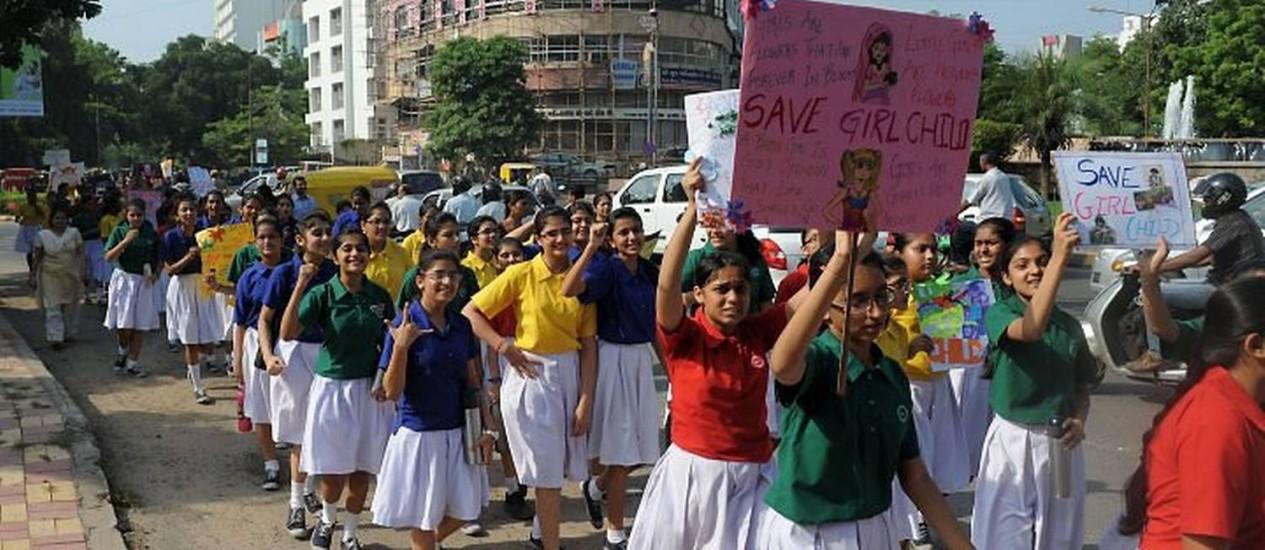 ?Salvem as meninas?, dizem os cartazes carregados por adolescentes indianas no Dia Internacional das Meninas: país é um dos recordistas em abortos seletivos no mundo AFP