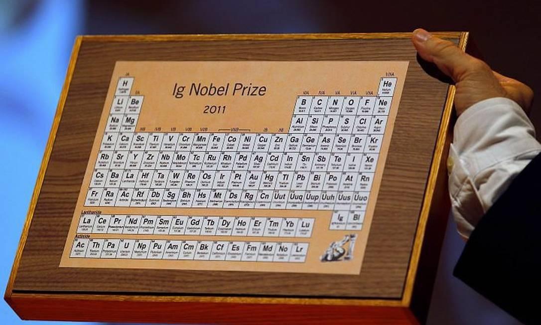 O prêmio IgNobel 2011 na cerimônia de premiação da Universidade de Harvard, em Cambridge, Massachusetts. Foto de Adam Hunger