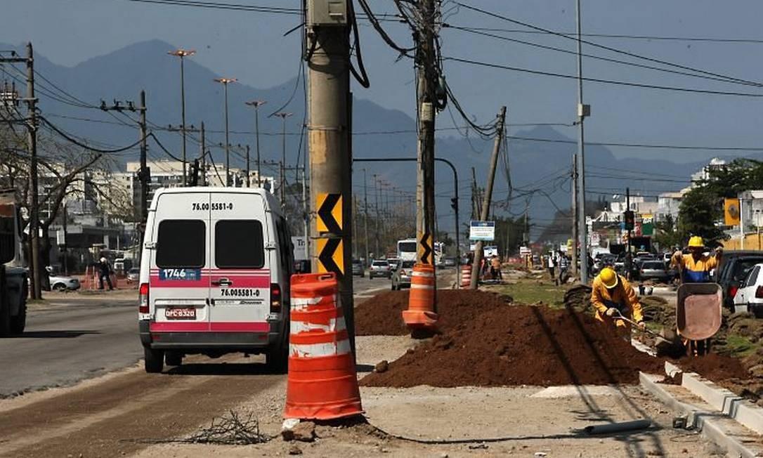 Postes no meio da Avenida das Américas Foto: Carlos Ivan Agência O Globo