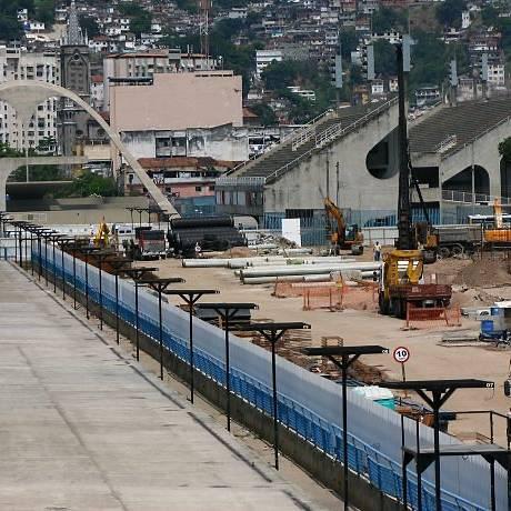 No terreno da Passarela do Samba em obras, as fundações e as lajes dos novos camarotes e arquibancadas já começam a ficar prontas (Foto: Angelo Antônio Duarte Agência O Globo)