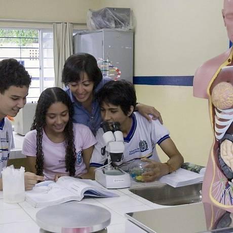 ALUNOS NO laboratório de biologia da Escola Estadual Maria Vieira Muliterno, em Abreu Lima (PE): medidas simples para zerar evasão Hans von Manteuffel