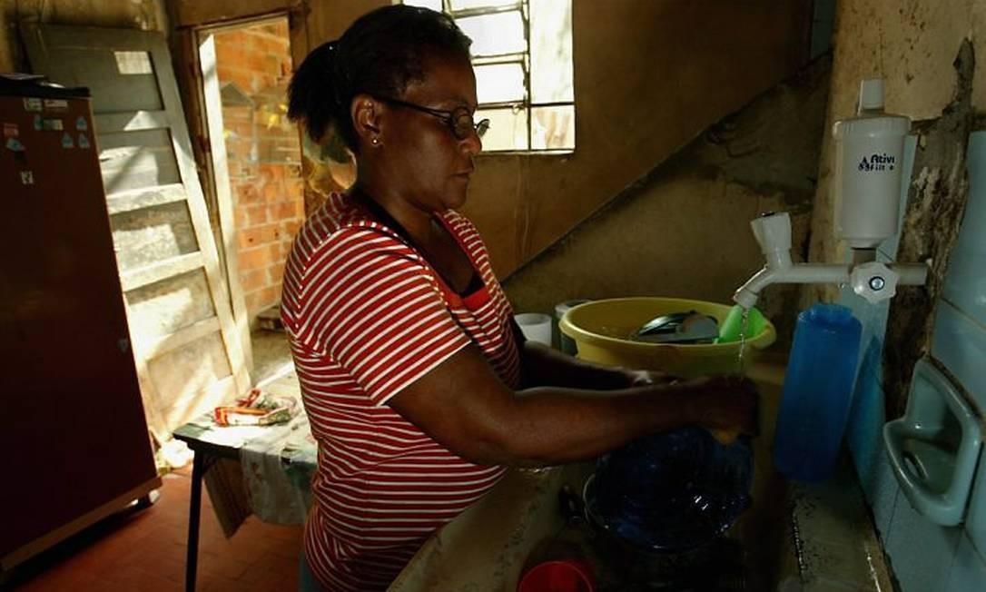 Ana Maria, moradora de Brás de Pina: após a instalação dos novos hidrômetros, ela recebeu contas de até R$ 8 mil (Foto: Monica Imbuzeiro Agência O Globo)