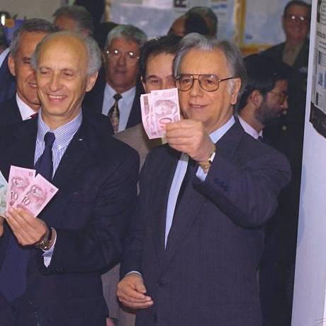Itamar mostra as novas cédulas do Real. Foto: Arquivo O Globo