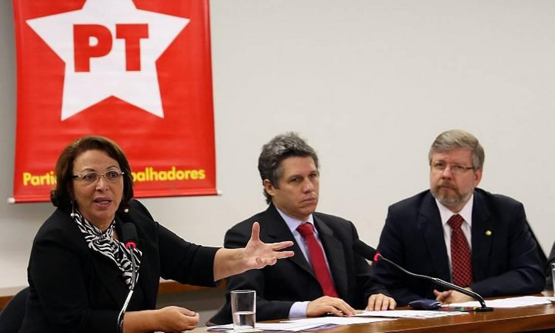 Ideli Salvatti em reunião com a bancada do PT na Câmara - Foto de Gustavo Miranda