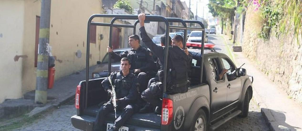 Reforço de policiamento no Morro da Coroa depois de confronto entre traficantes e PMs da UPP - Foto Guilherme Pinto - EXTRA - Agência O Globo