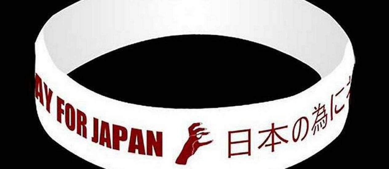 Pulseira 'We pray for Japan', desenhada por Lady Gaga Reprodução
