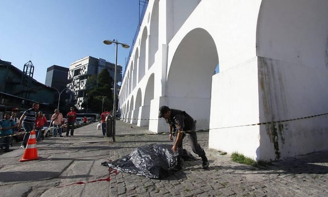 Turista morre ao cair de bondinho na LapaFoto: Paulo Nicolella - O Globo