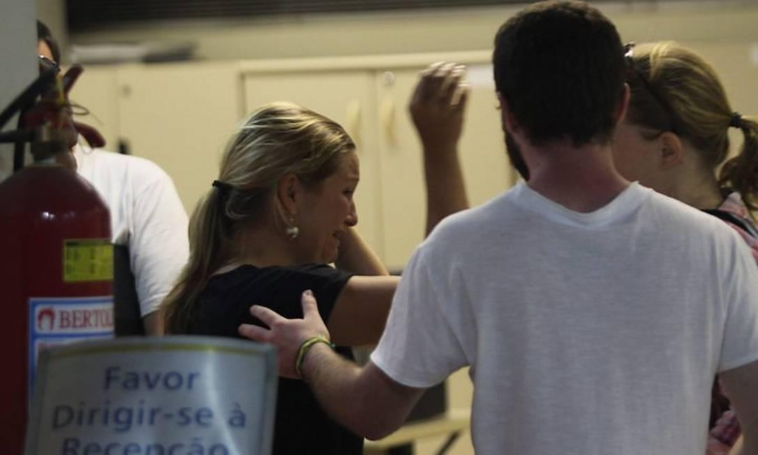 A turista alemã Birgit Oppmann, que acompanhava a vítima no passeio, chora ao comparecer à 5 DP (Gomes Freire) para prestar depoimento (Foto: Paulo Nicolella Agência O Globo)