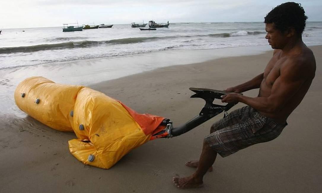 Uma peça que seria do helicóptero que caiu no mar na Bahia foi encontrada pelo pescador Jorge