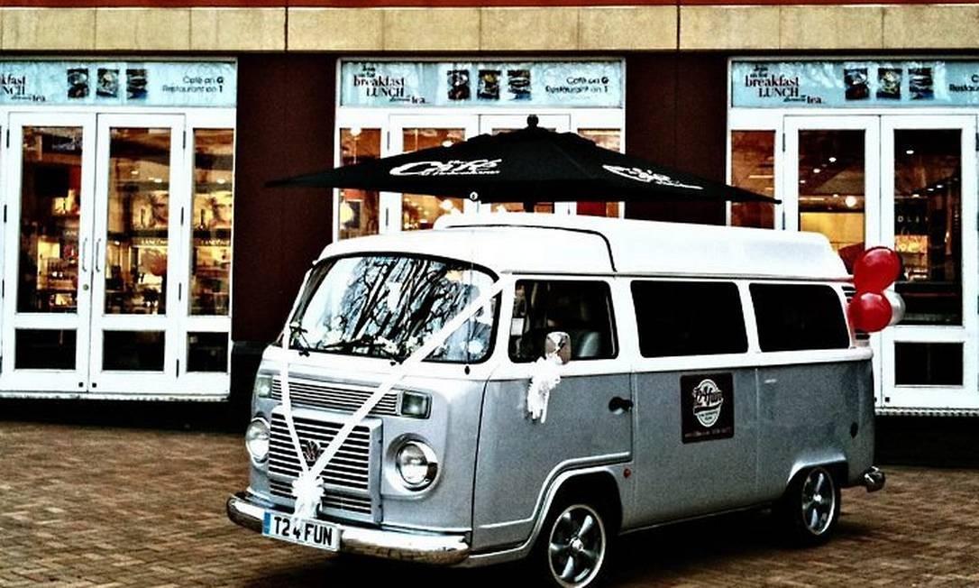 Na Inglaterra, a Kombi brasileira passa por uma transformação que a deixa com a aparência dos modelos de camping feitos pela firma Westfalia, por encomenda da Volkswagen, nas décadas de 60 e 70 Divulgação