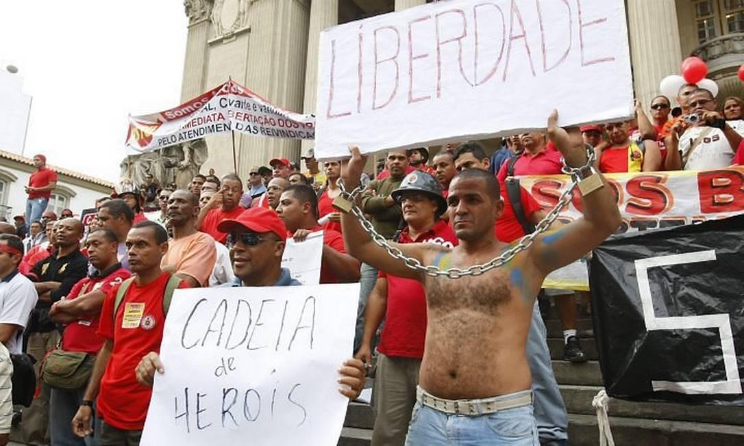 Bombeiros fazem manifestação em frente ao prédio da Alerj Foto: André Teixeira - O Globo