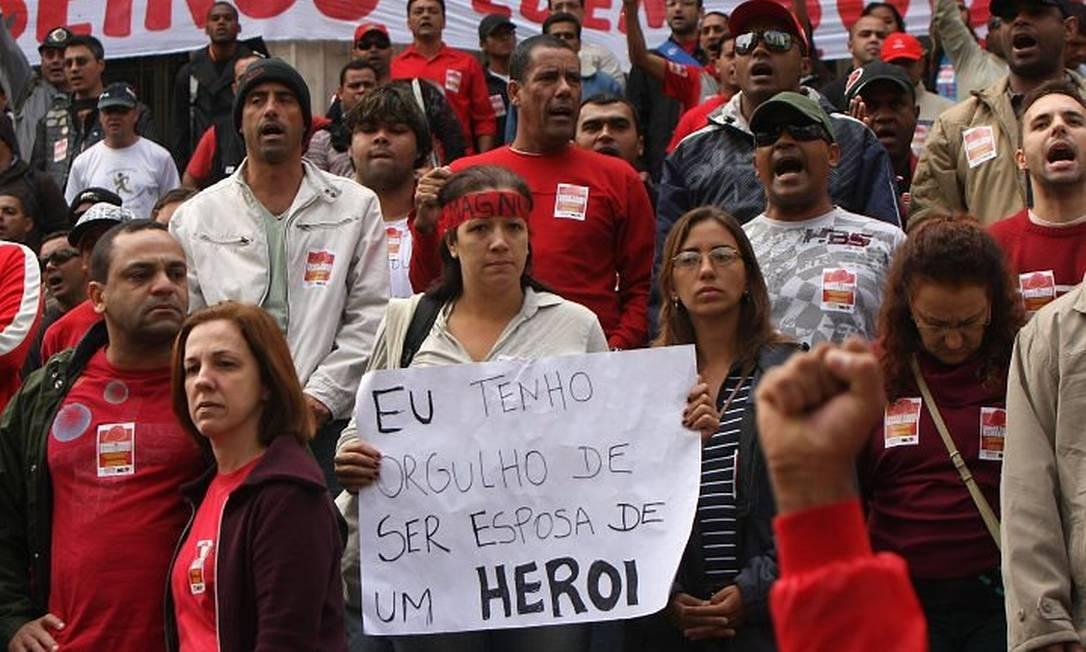 Bombeiros e familiares fazem manifestação nas escadarias da Alerj neste domingo. Foto: Angelo Antonio Duarte Agência O Globo