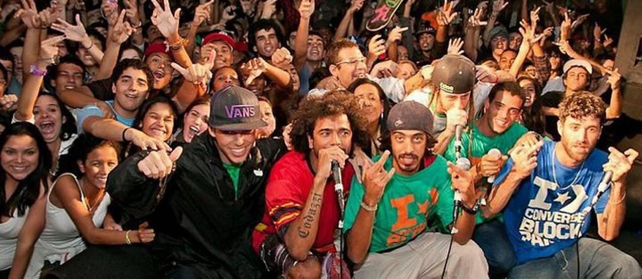 Os seis integrantes do ConeCrew Diretoria posam com o público em show na Lapa Foto: Blazer Divulgação