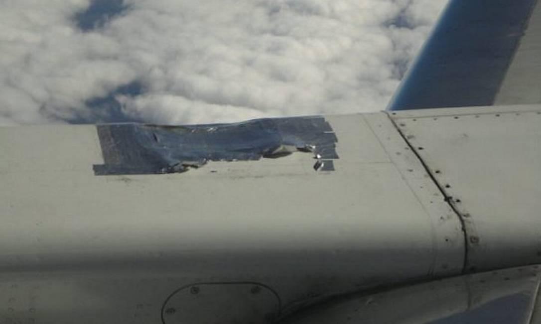 Eu-repórter: reparo feito com fita preocupa passageiros da Webjet Foto: Foto do leitor Marcos Sketch