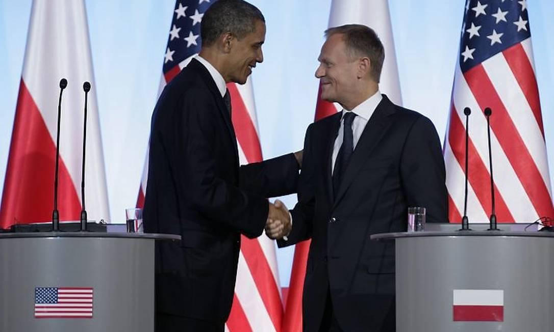 Presidente Barack Obama cumprimeta o primeiro-ministros polonês Donald Tusk durante encontro em Varsóvia