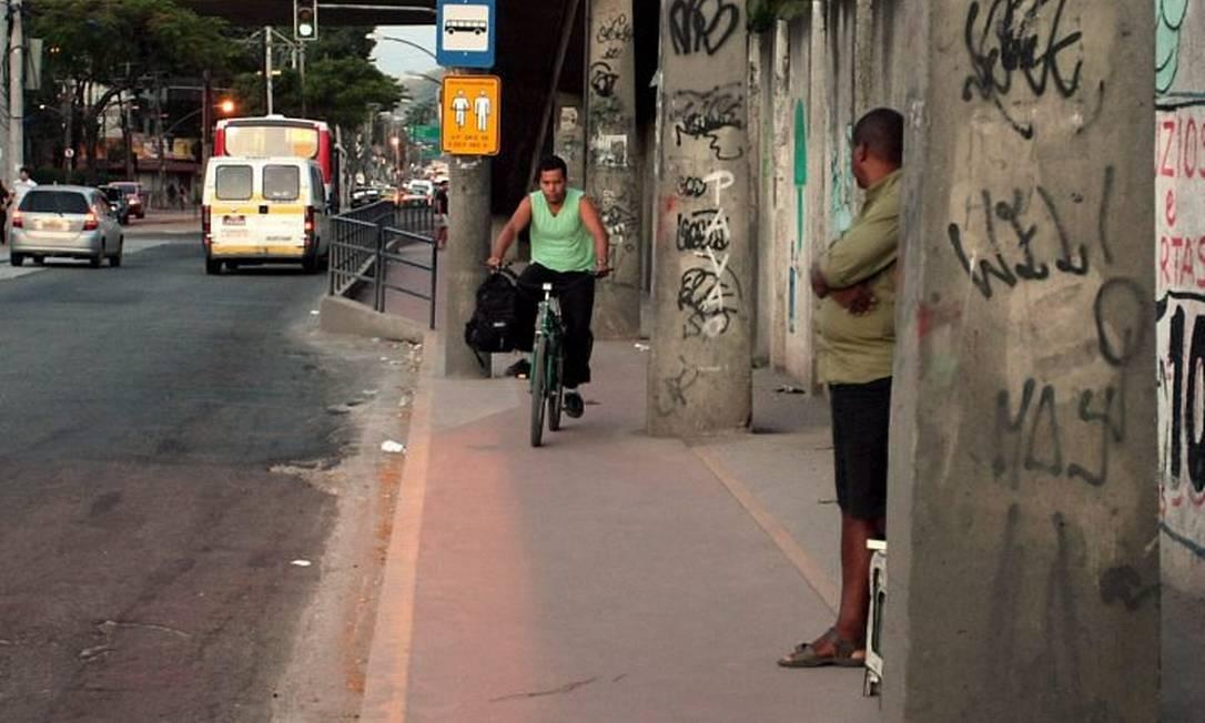 Ciclovia da Zona Oeste passa por pontos de ônibus e locais sem lugar para pedestres no centro de Campo Grande (Foto: Marcelo CarnavalAgência O Globo)
