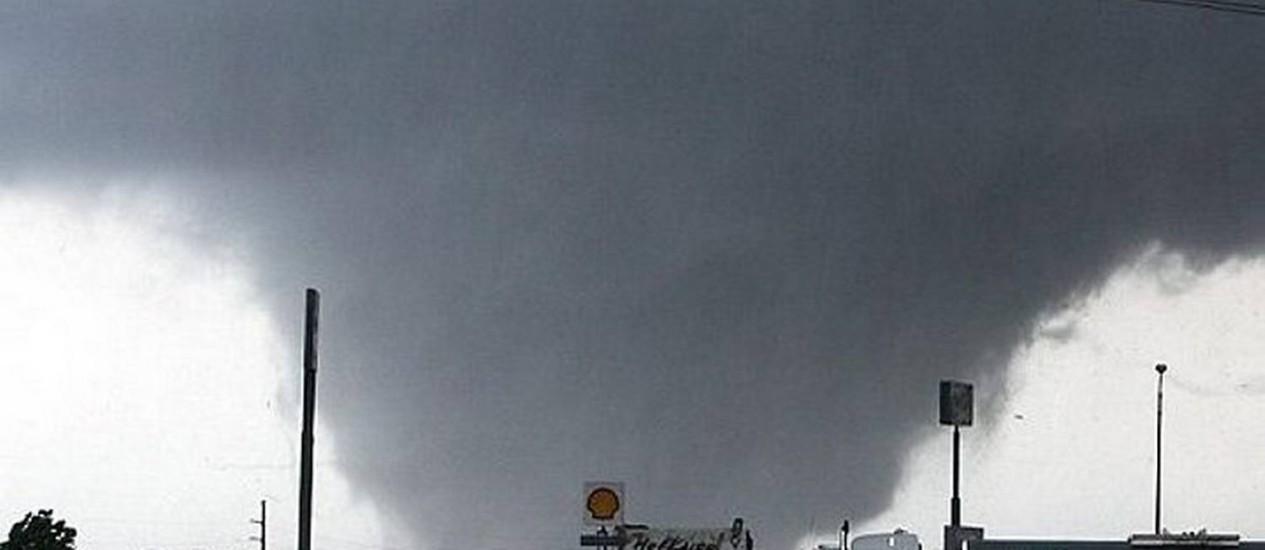 Um forte tornado atingiu o estado americano de Alabama , nos EUA, no final de abril AP .