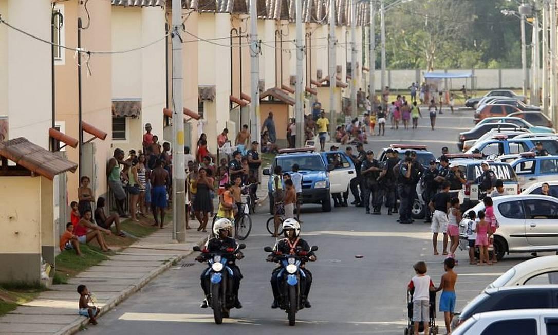 Policiais reforçam segurança no condomínio em Realengo (Foto: Domingos Peixoto Agência O Globo)