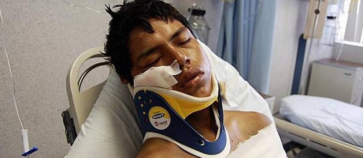 Sobrevivente do massacre, o equatoriano Luis Fredy Lala é atendido em hospital mexicano.