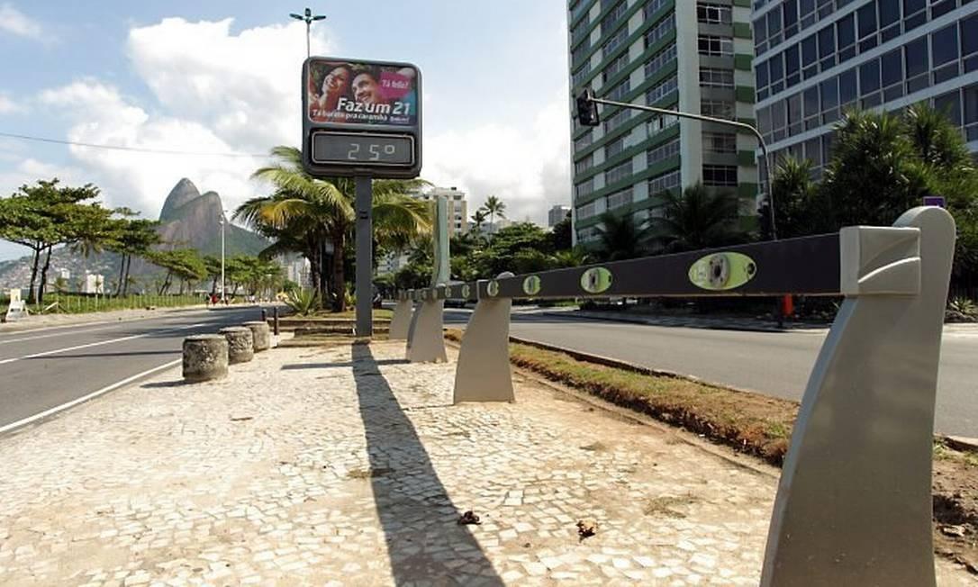 Sistema de aluguel de bicicletas Pedala Rio está com várias estações paradas em manutenção. Na foto, a Avenida Epitácio Pessoa, em frente à Rua Maria Quitéria (Foto: Gabriel de Paiva Agência O Globo)