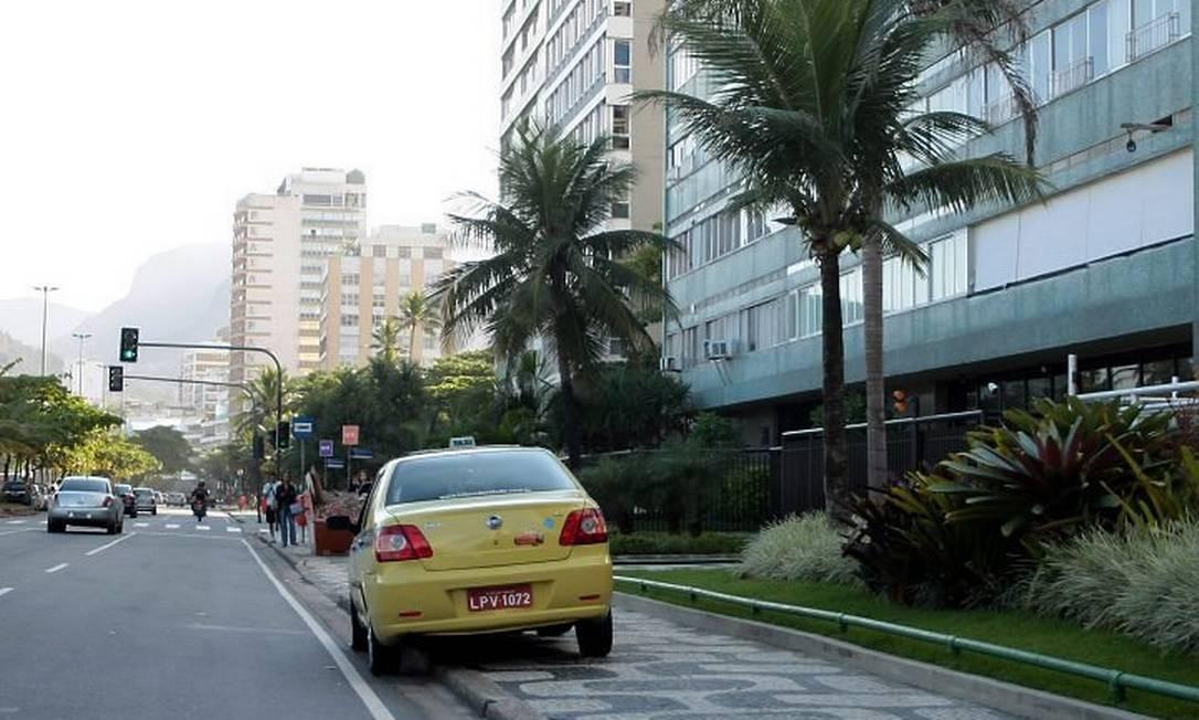 Operacção Rio sem Fradinhos. Em Ipanema, flagra de um táxi estacionado onde havia um fradinho (Foto: Pedro Kirilos Agência O Globo)