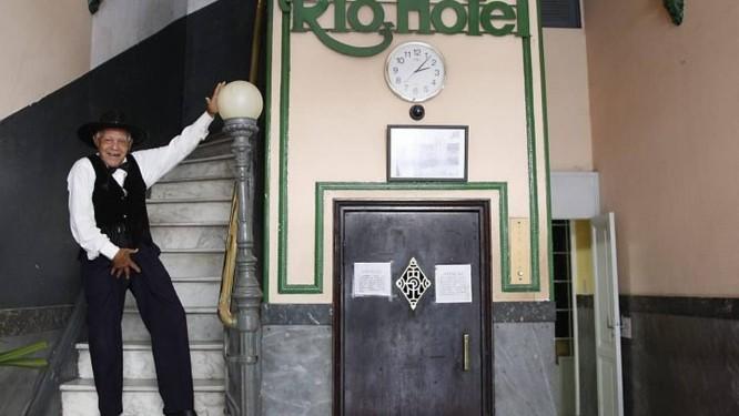 Bob Lester, vestido de Michael Jackson, na entrada do hotel onde mora, no centro do RioFoto: Simone Marinho - O Globo