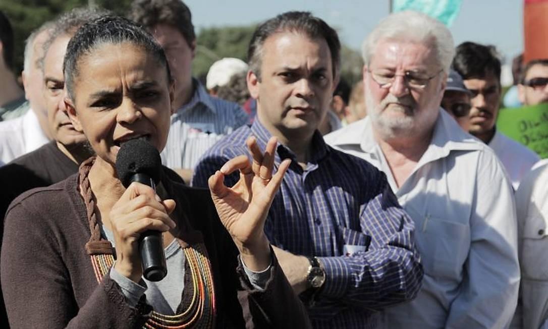 A ex-ministra do Meio Ambiente Marina Silva participou neste domingo de uma passeata contra a aprovação do novo Código Florestal - Foto de Eliária Andrade