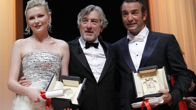 O presidente do júri de Cannes, Robert de Niro (ao centro), posa com a melhor atriz do festival Kirsten Dunst e o melhor ator, Jean Dujardin. Crédito: Reuters