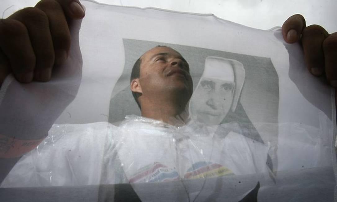 Fiel com imagem de Irmã Dulce, durante cerimônia de beatificação em Salvador Foto de Raul Spinassé- A TardeAgência O Globo