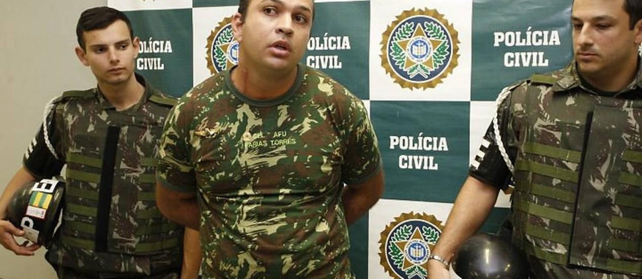 Polícia prendeu, na tarde desta quinta-feira, um homem que se passava por coronel do exército no Centro do Rio Foto: Domingos Peixoto - O Globo