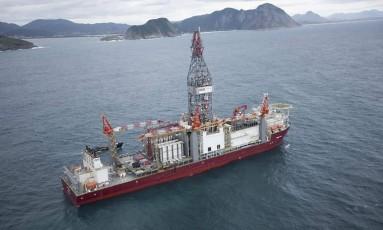 Navio-sonda para perfuração , na Baía de Guanabara Divulgação Petrobras