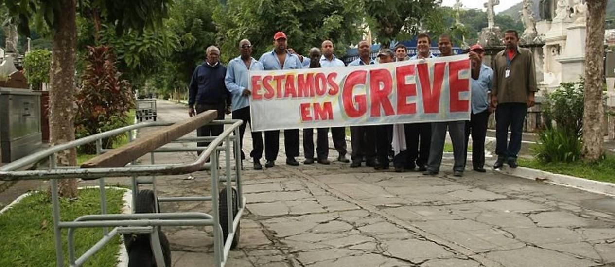 Coveiros fazem paralisação e atrasam enterros no São João Batista foto: Marco Antônio Cavalcanti