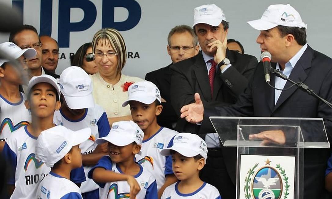 Sérgio Cabral na inauguração da UPP no Morro de São Carlos ao lado do Ministro da Justiça, José Eduardo Cardozo FOTO: Márcia Foletto - O Globo