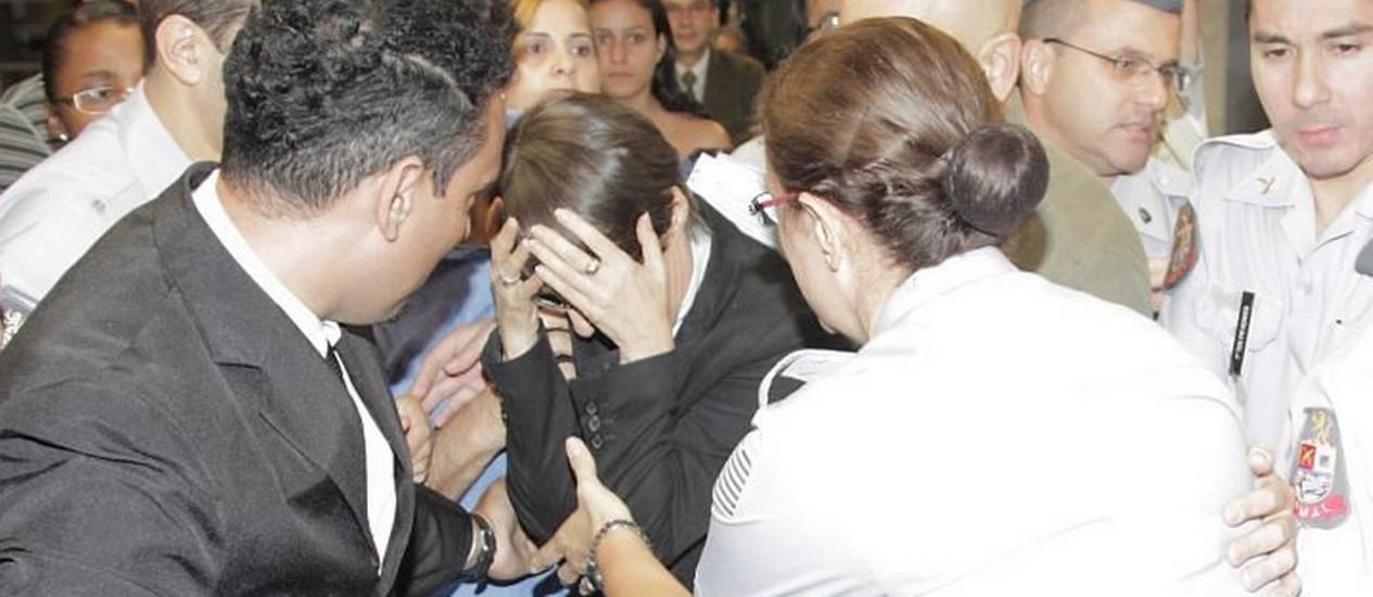Ministra Ana de Hollanda esconde o rosto ao sair de encontro com artistas na Assembleia Legislativa de São PauloFoto de Eliária Andrade