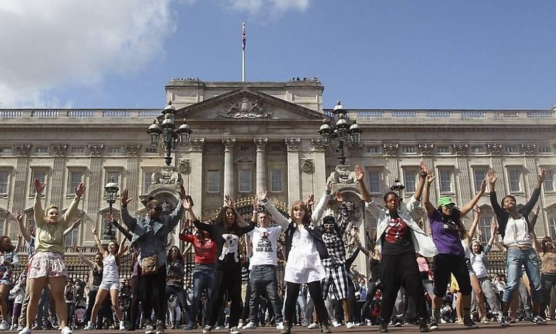Estudantes participam de flashmob em frente ao Palácio de Buckingham - AFP