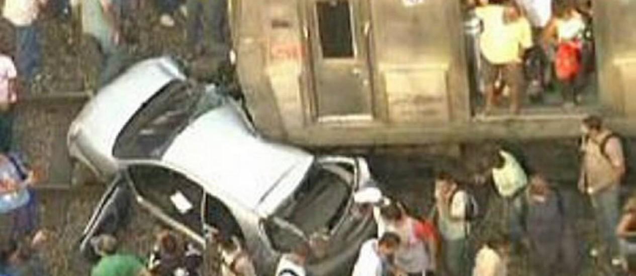 Carro foi arrastado por 30 metrosReprodução TV Globo