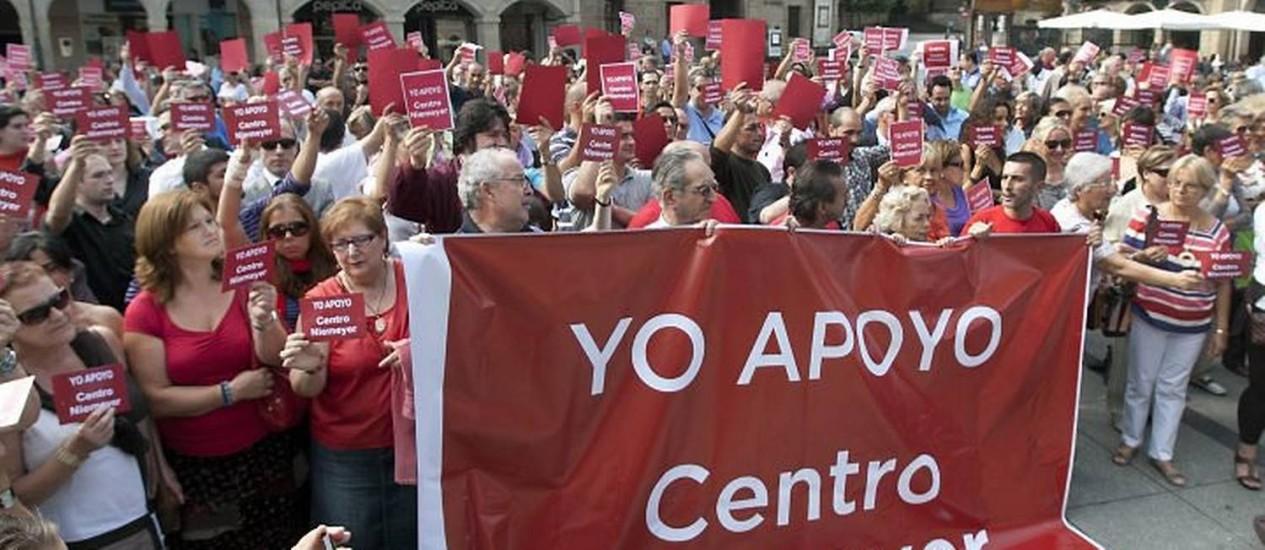 Manifestantes em defesa do Centro Cultural Niemeyer Foto Alex Piña