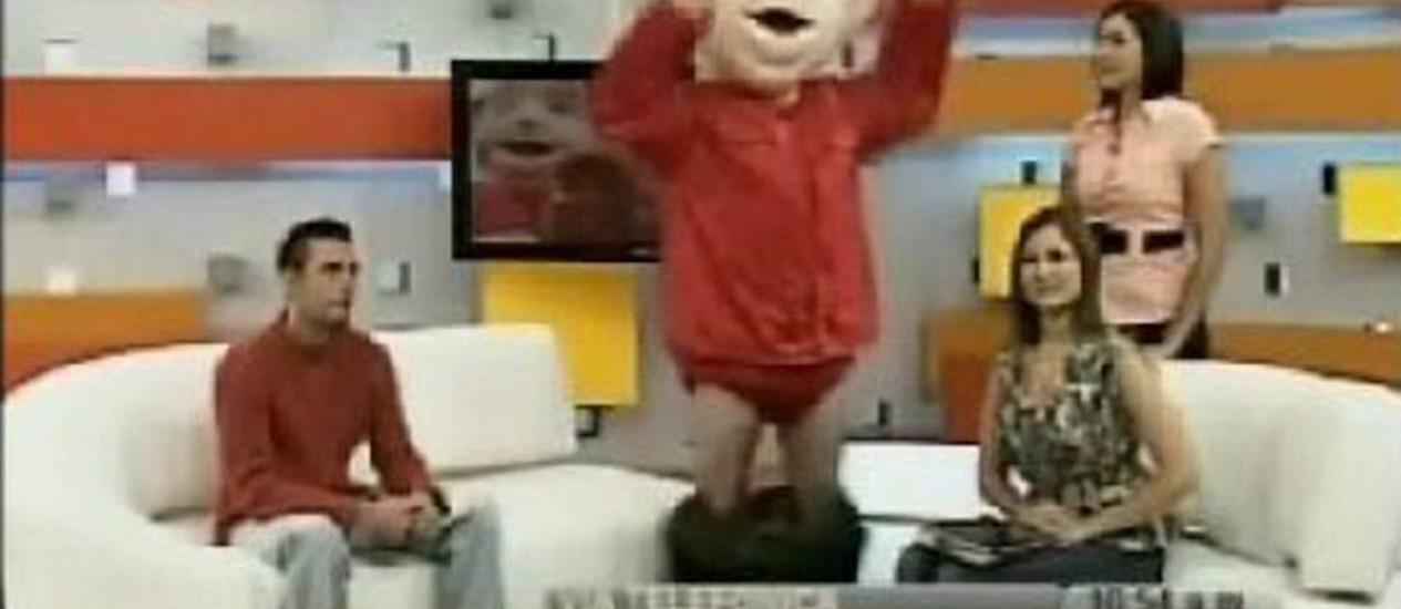Boneco de Chávez perde as calças ao vivo na televisão estatal - Reprodução Reuters