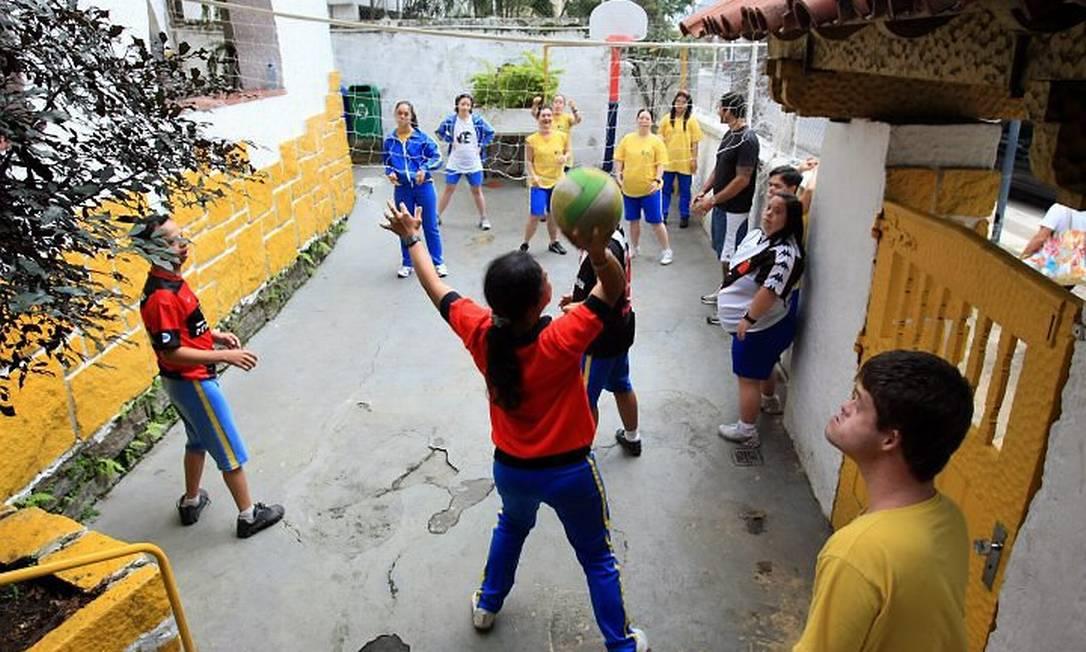 Crianças com Síndrome de Down - Atividade esportiva de volei na escola Colibri, na Lagoa. Foto Carlos Ivan Agência O Globo