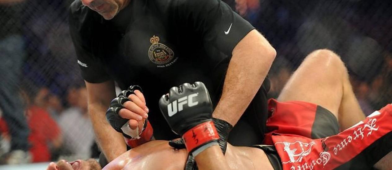 O árbitro atende Randy Couture, nocauteado por Lyoto Machida no UFC 129 em Toronto - Foto: AP