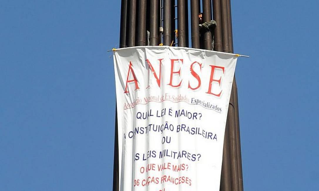 Três homens subiram no mastro da bandeira localizada na Praça dos Três Poderes - Foto da Agência Brasil