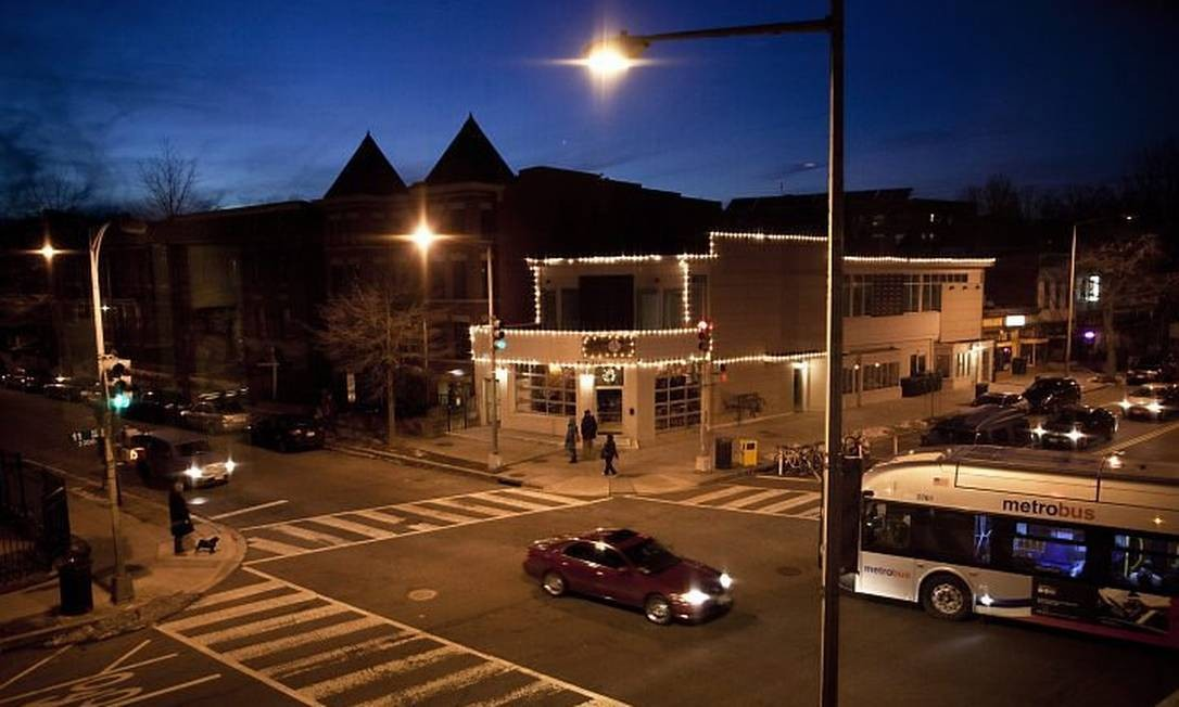Columbia Heights: estação de metrô renovou aos poucos bairro no Nordeste de Washington Foto: Brendan Smialowski, The New York Times