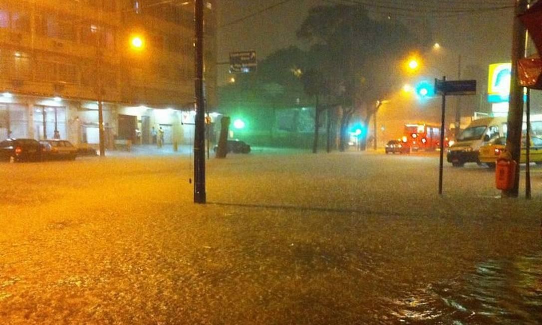 Eu-repórter: chuva alaga esquina entre as ruas Haddock Lobo e Dr. Satamini, na Tijuca, Zona Norte do Rio (Foto do leitor Fernando Ramos)