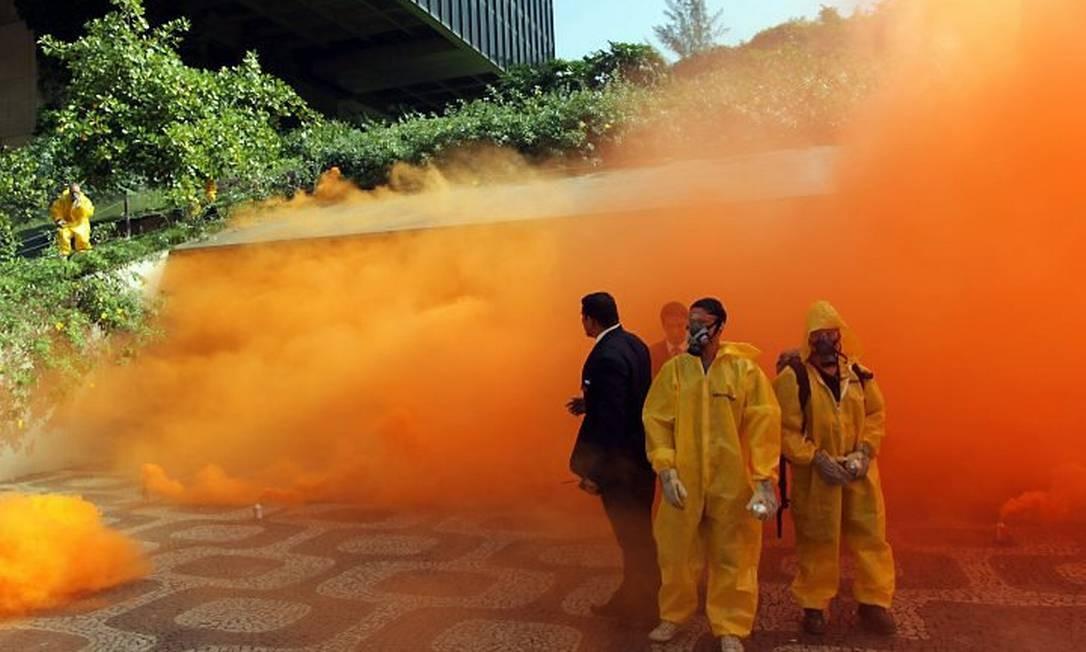 Ativistas do Greenpeace e a coloração laranja do Centro do Rio. Foto de Gabriel de Paiva Agência O Globo