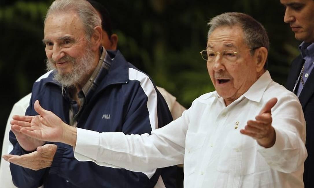 Fidel e Raúl Castro na cerimônia de encerramento do congresso do Partido Comunista - Reuters