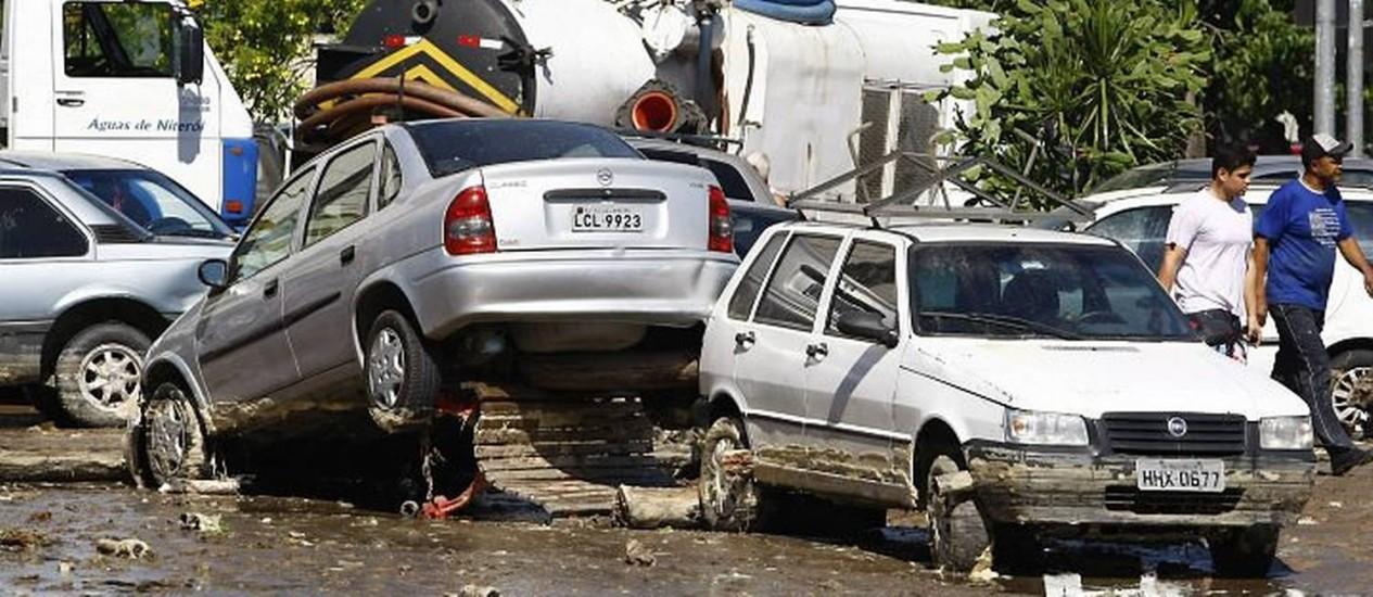 Estação de tratamento de esgoto explode e arrasta carros que estavam estacionados próximos ao mercado São Pedro - Foto de Pablo Jacob (Extra)