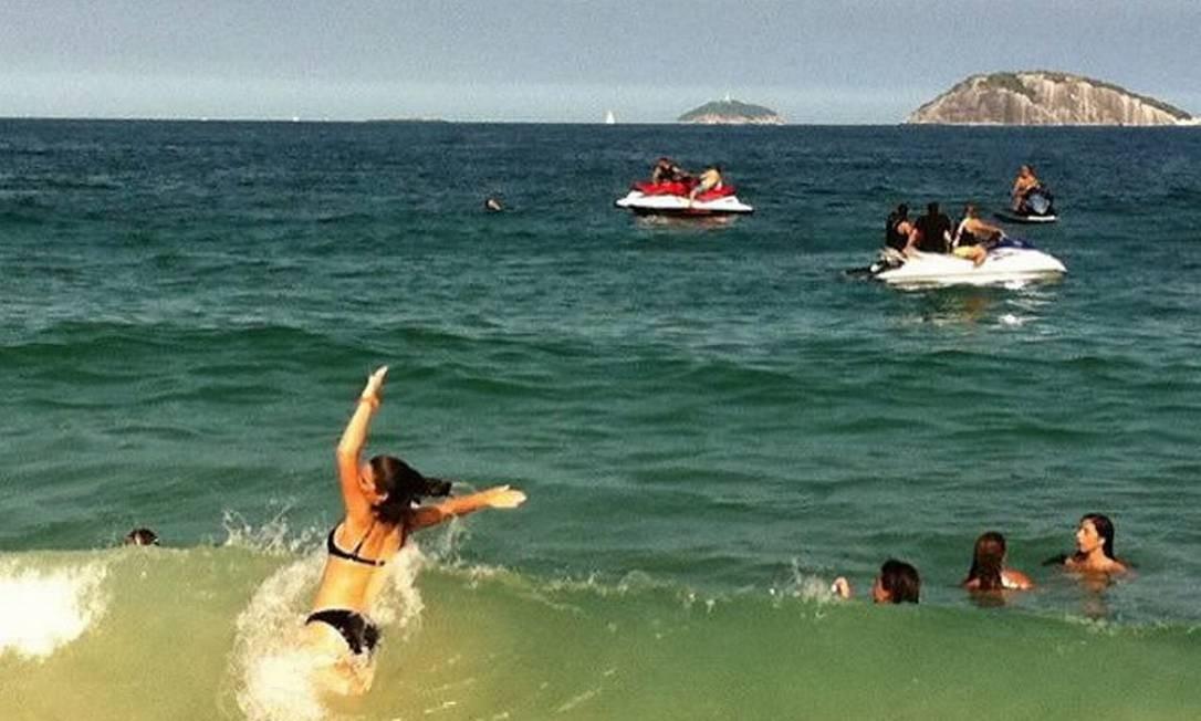 Grupo fez manobras próximo à faixa de areiaFoto:Joana Dale - O Globo