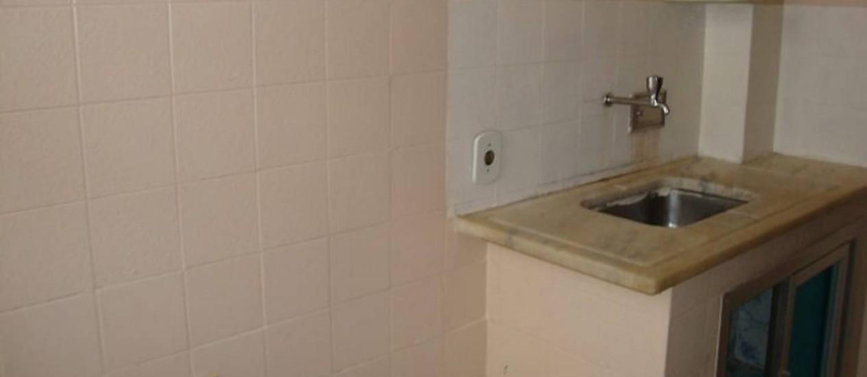 A cozinha antes da reforma, com azulejos velhos e o mármore da pia amarelado Foto: Karine Tavares